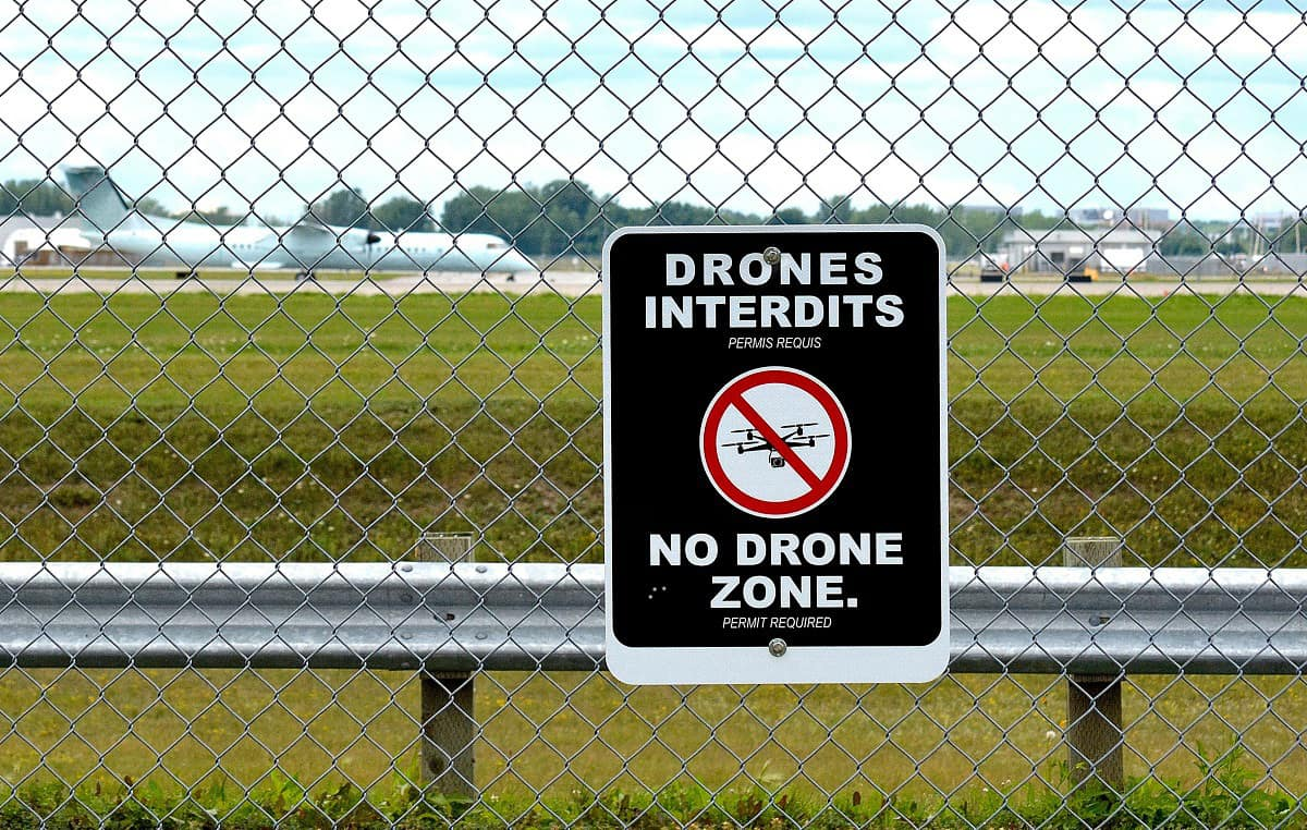 No drones sign at airport